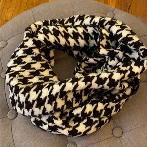 Accessories - Houndtooth sInfinity scarf